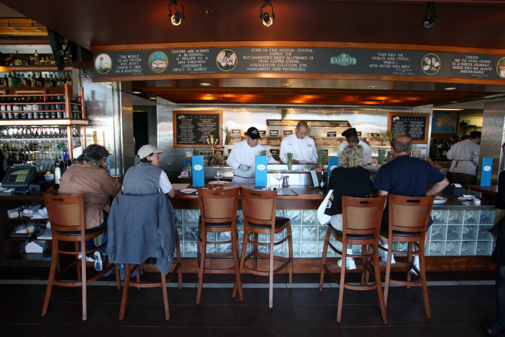 Interior and bar of Elliott's Oyster House in Seattle