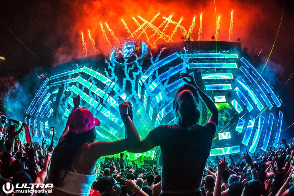 ultra music festival, girls on guys shoulders