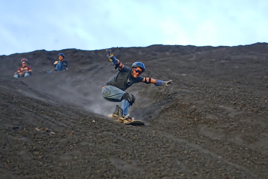 Sandboarding in el Cerro Negro, Nicaragua